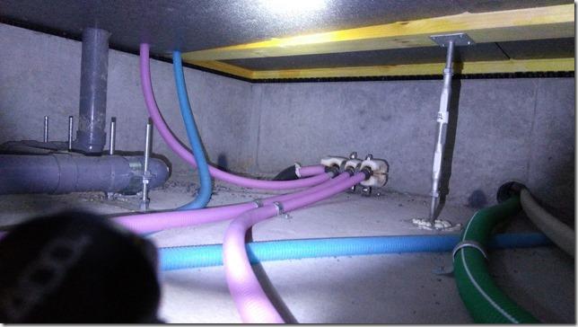 床下ホースと配管画像